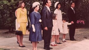 Thumb_queen_elizabeth_jackie_kennedy_jfk_runnymede_memorial_getty