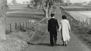 Thumb young lover walking in gretna green  1956