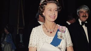 Thumb resized queen elizabeth 1977