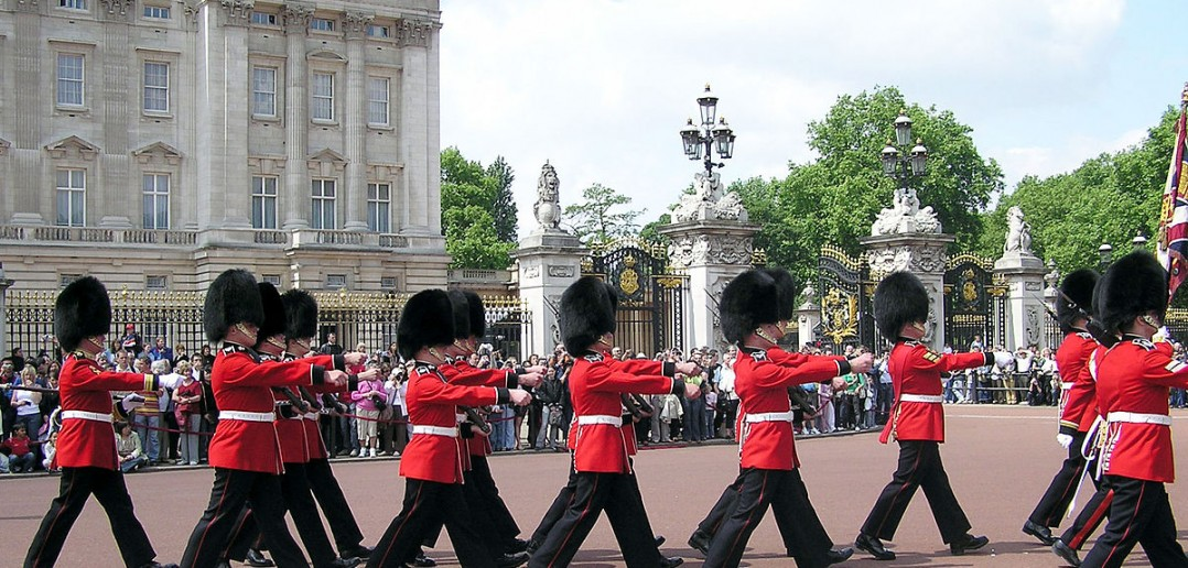 1200px-buck.palace.soldiers.arp_-1078x5161
