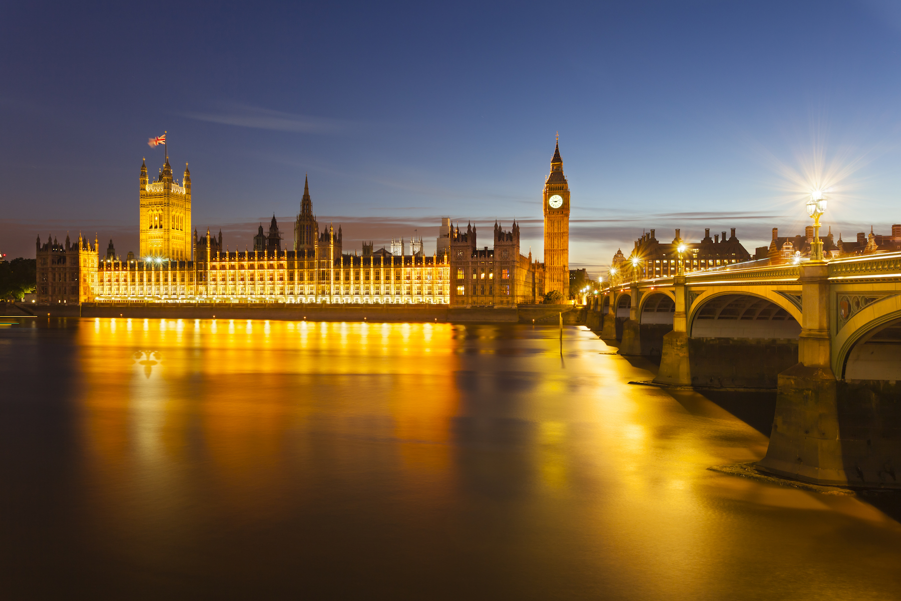 Houses-of-parliament-at-night-pjtxaxl
