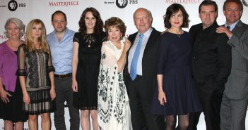Joanne Froggatt, Michelle Dockery, Shirley MacLaine, Julian Fellowes, Elizabeth McGovern, Brendan Coyle, Hugh Bonneville et al. posing for a photo
